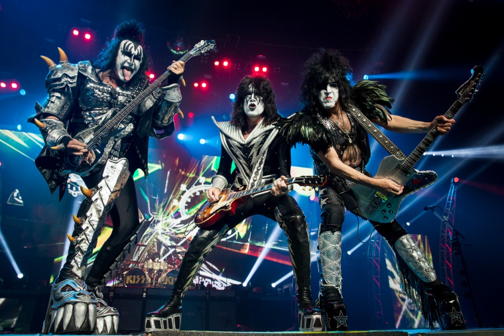 https://upload.wikimedia.org/wikipedia/commons/4/4b/Kiss-live-at-allphones-arena-070.jpg